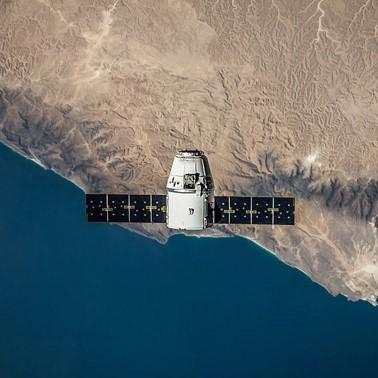 Imagen caso de éxito de una empresa pública de consultoría e ingeniería. Se muestra un satélite en órbita con la tierra de fondo.